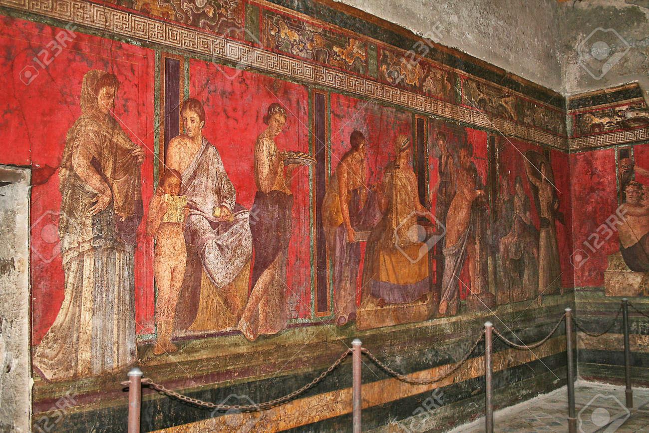 Photo D Une Peinture Murale Dans La Villa Des Mystères Qui Dépeignent Une Femme D être Intronisé Dans Le Dionysiac Culte Ou Peut être La Préparation