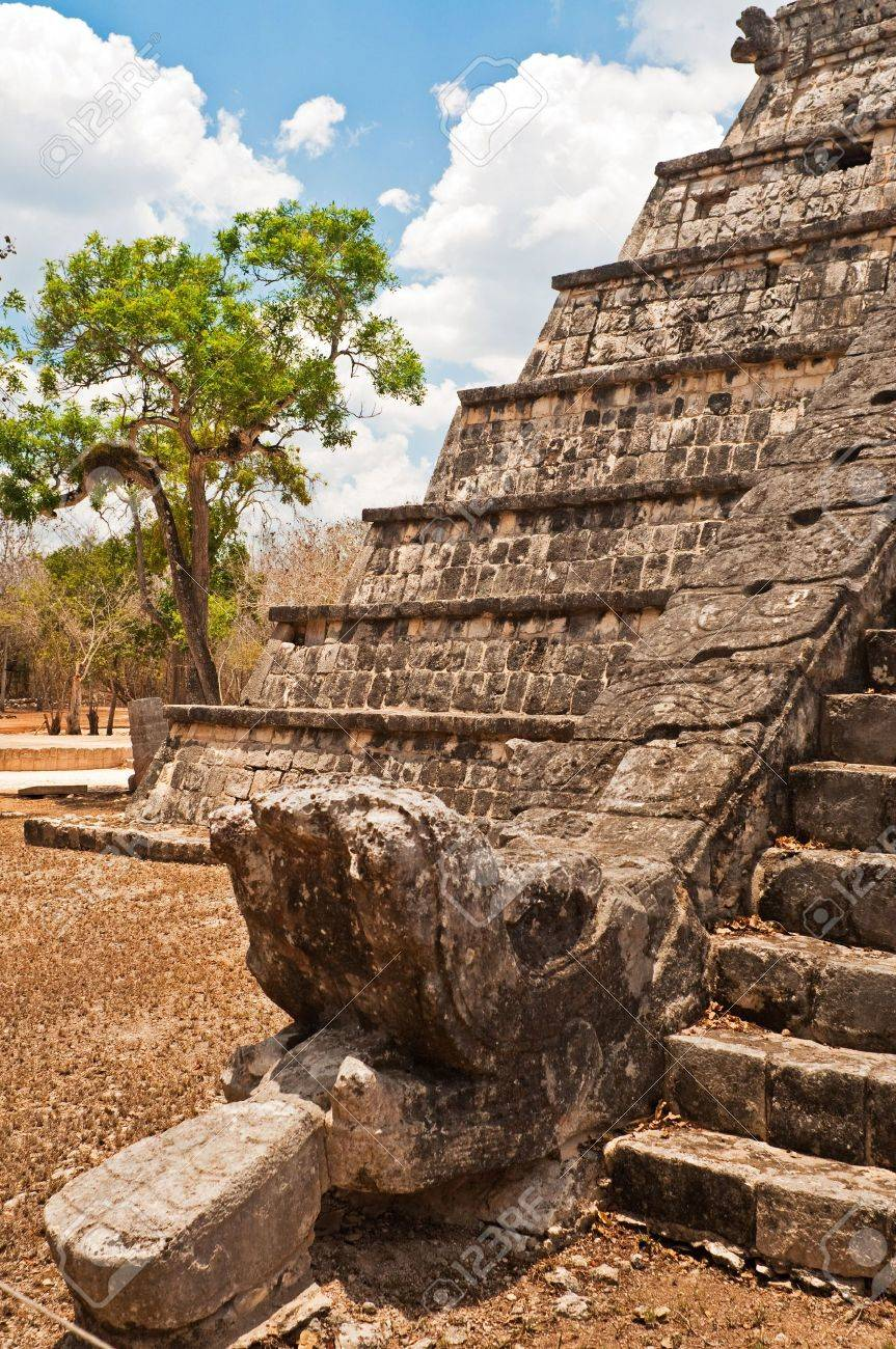 Feathered stone serpent at the foot of pyramid, Chich�n Itz�, representing the head of Mayan god Kukulcan Stock Photo - 5194679