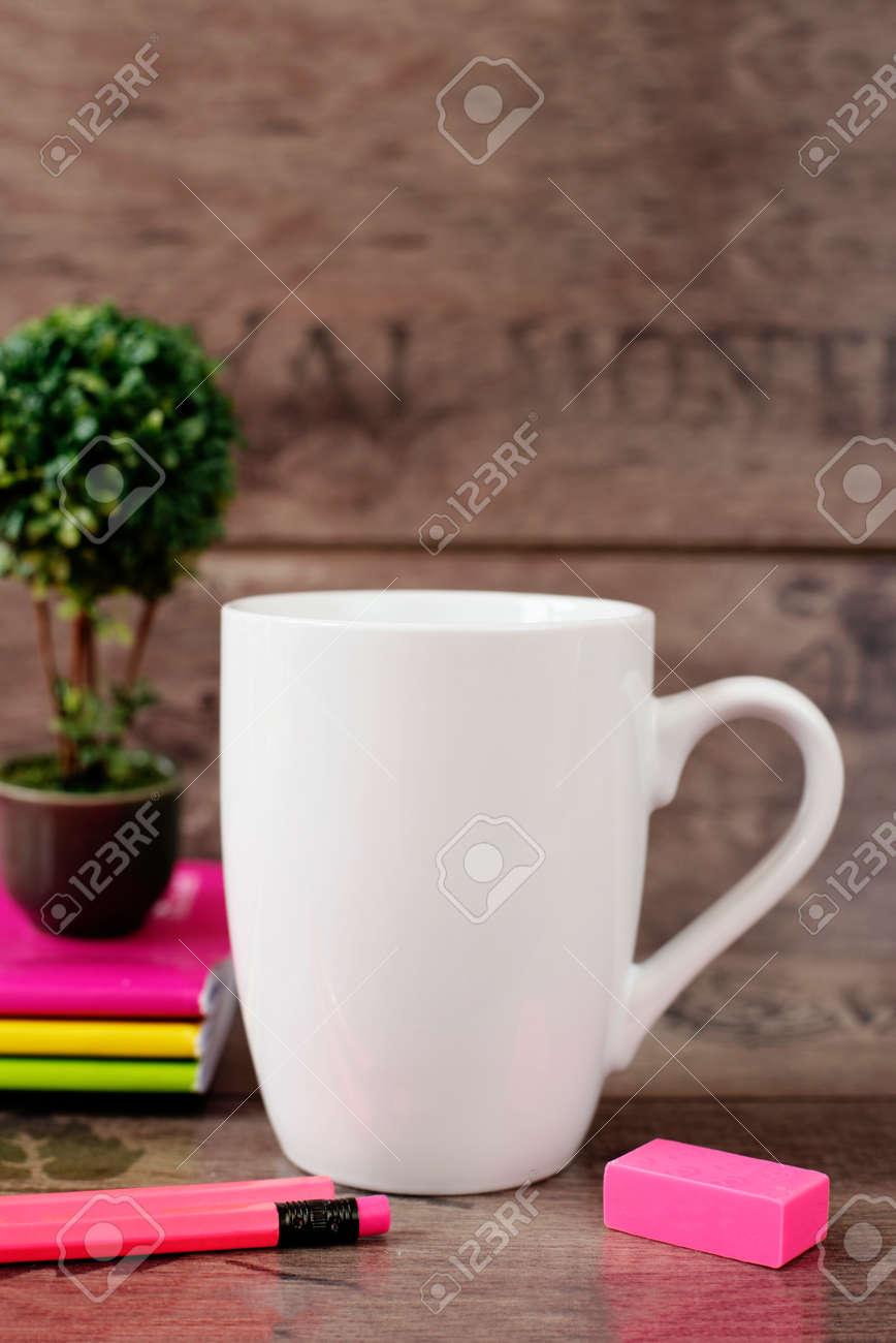 MaquetteMug Mockup Blanche DerrièreFond BlankCafé Couleurs Des Néon CahiersBonsaï En Pot Avec Plantes Tasse Crayons Et Lumineux Tc3KlJF1