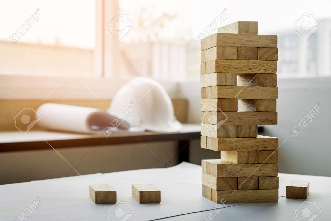 El Juego De La Torre De Bloques De Madera Con Planes De Ingeniero