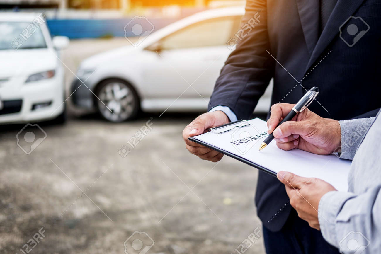 Car Insurance After Accident >> Car Insurance Agent Send A Pen To His Customers Sign The Insurance