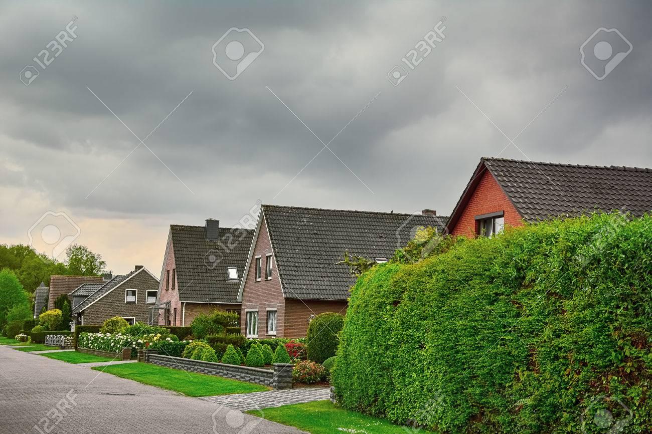 Case A Due Piani fila di case a due piani in piccola città della germania