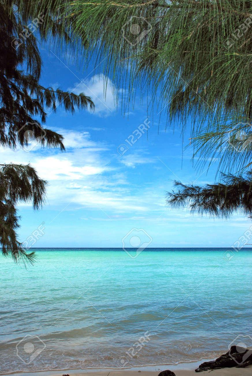 Playa De Arena Blanca Con Olas Tranquilas Y Cielo Azul En El Fondo Y ...