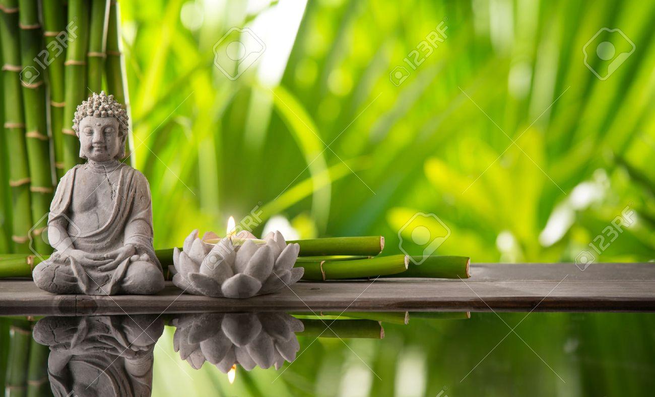 Buddha In Der Meditation Mit Brennender Kerze Lizenzfreie Fotos ...
