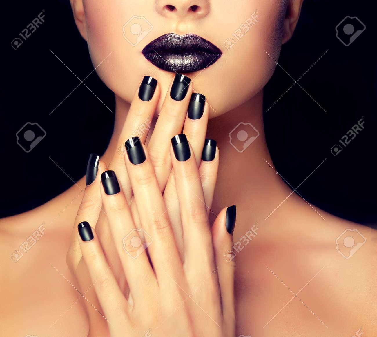 Muchacha Hermosa Que Muestra Manicura Uñas Negras Maquillaje Y Cosméticos