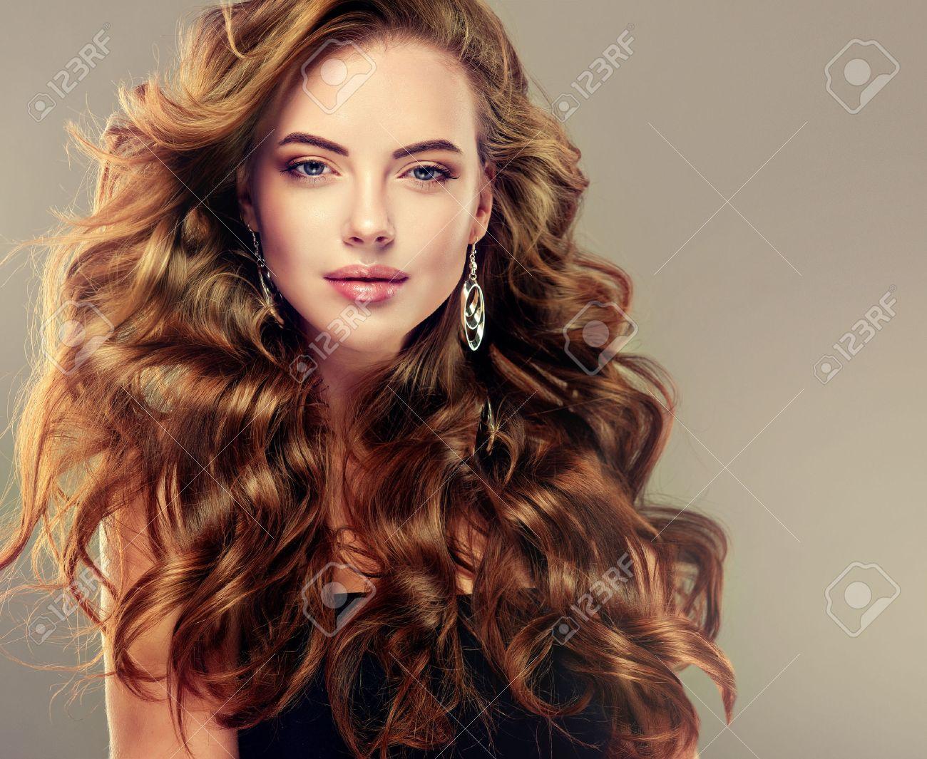 Belle Fille Avec De Longs Cheveux Ondulés Modèle Brune Avec