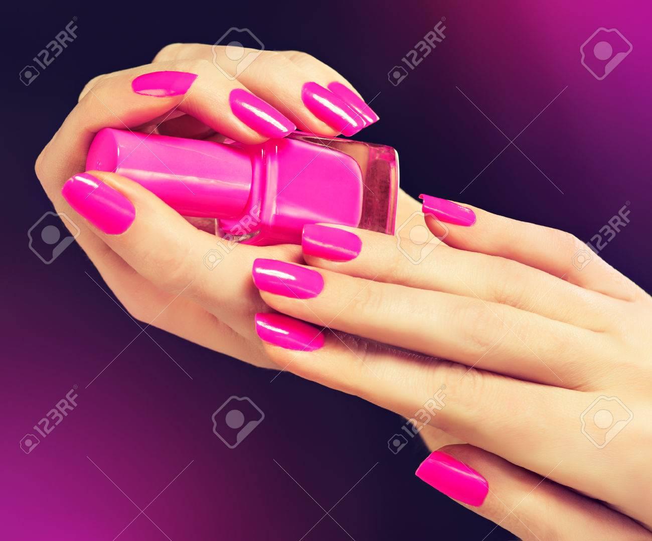 Elegantes Manos Femeninas Con La Manicura De Color Rosa En Las Uñas ...