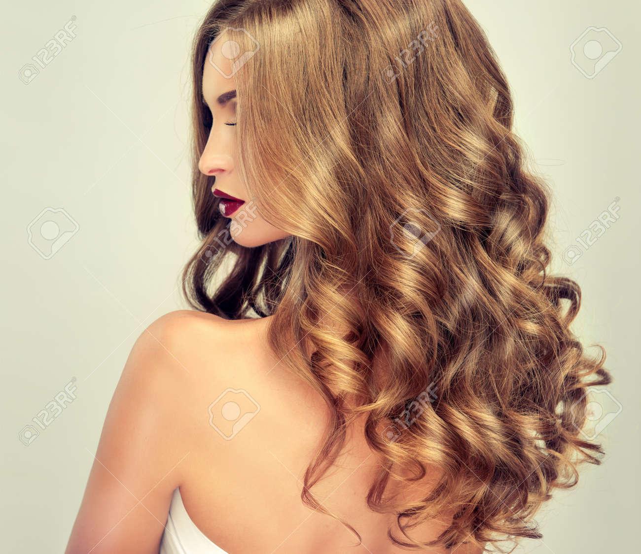 Belle Fille Avec De Longs Cheveux Ondulés Blonde Modèle Avec