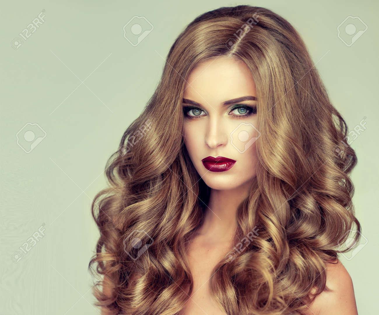 Belle Fille Avec De Longs Cheveux Ondules Blonde Modele Avec