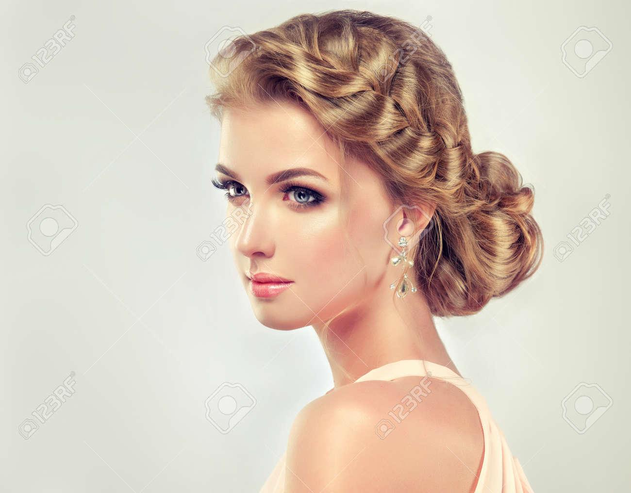 Schone Modell Madchen Mit Eleganten Frisur Beautiy Frau Mit Mode