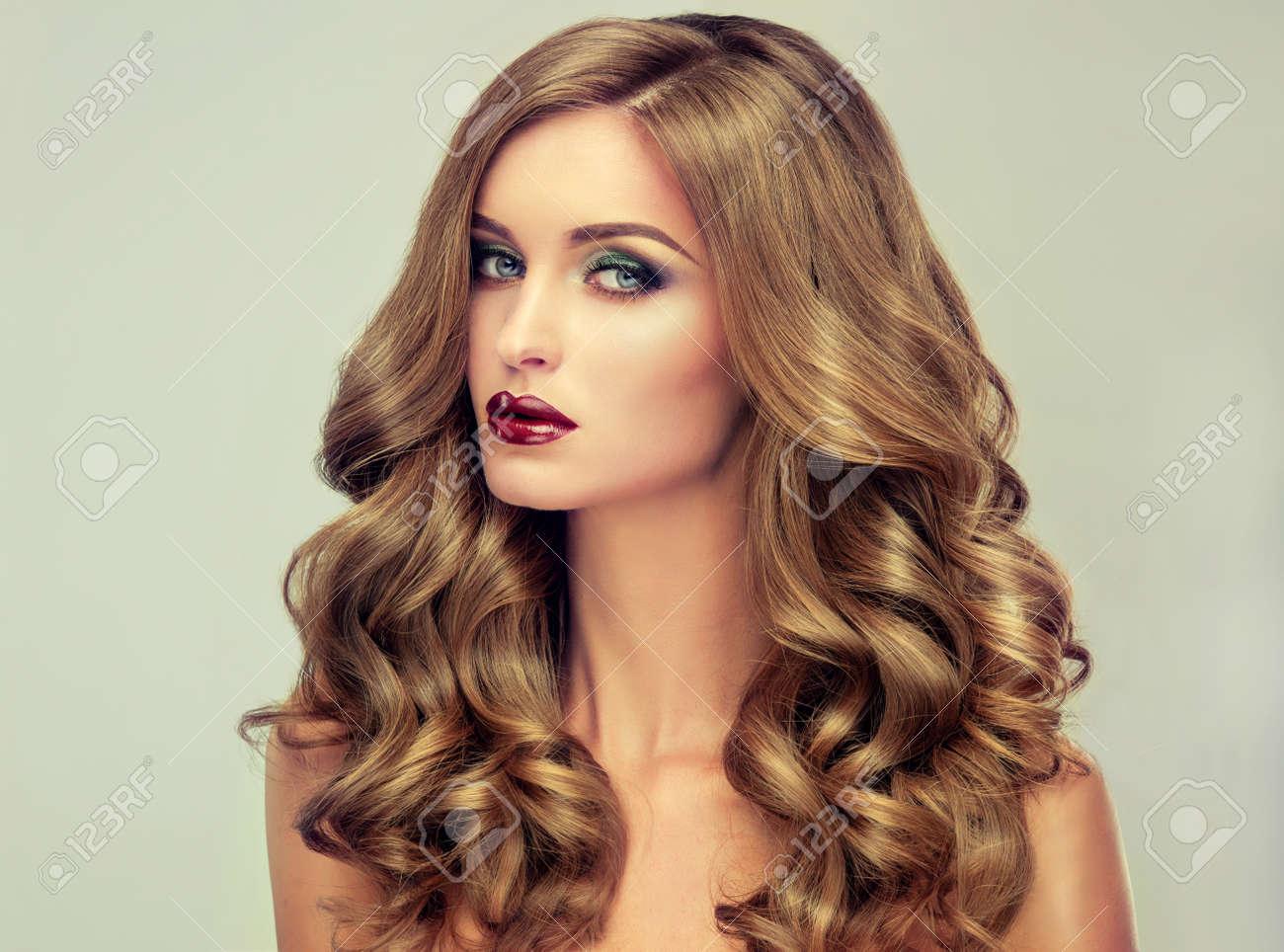 hermosa chica con el pelo largo y ondulado modelo rubio con el peinado rizado y - Peinados Ondulados