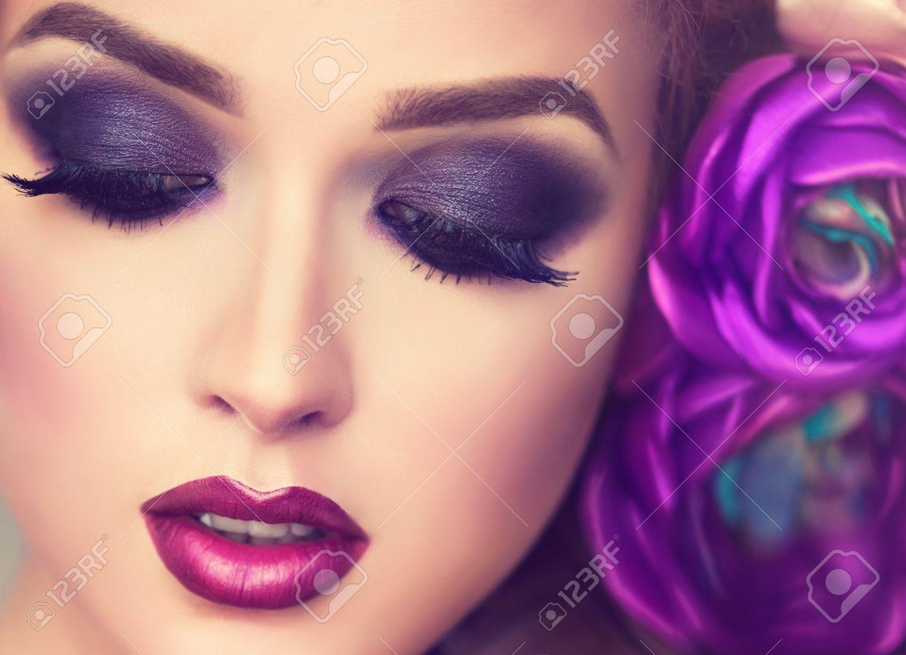Beau Modèle Avec Couronne De Fleurs Sur Sa Tête Maquillage Yeux