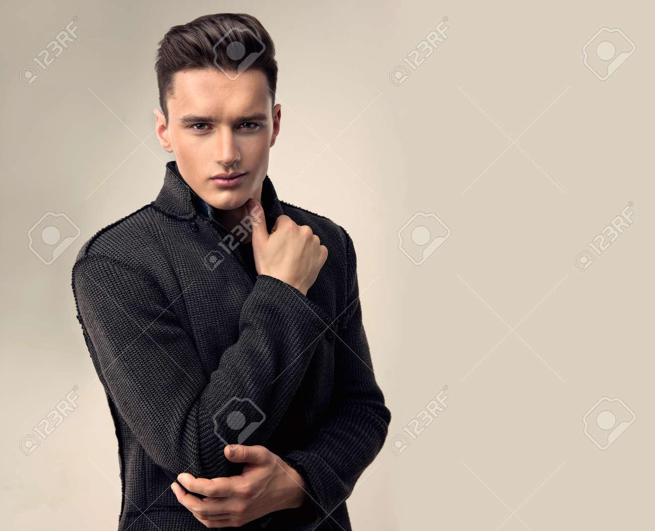 Portrait D Un Beau Jeune Homme Avec Coiffure A La Mode Vetu D Une