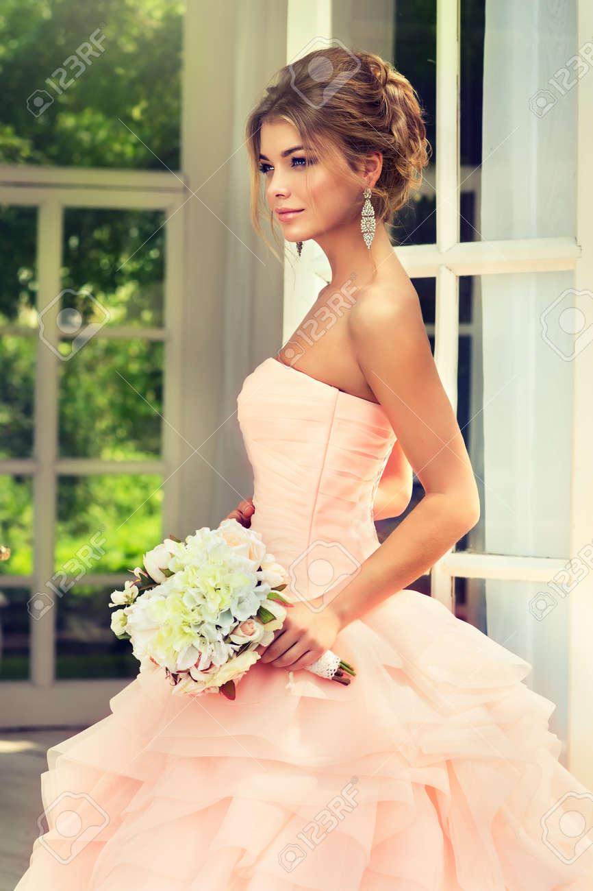 Modische Braut In Wunderschonen Und Posh Brautkleid Mit Hochzeit