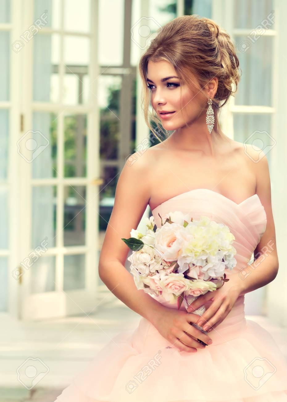 Junge, Attraktive Braut In Wunderschönen Und Posh Brautkleid Mit ...