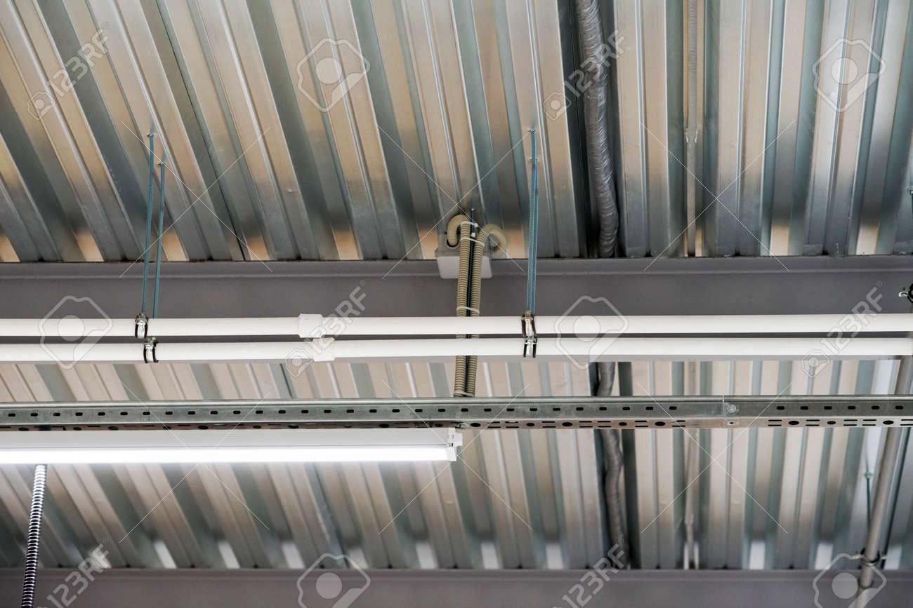 Installation Von Beleuchtungskörpern Abgehängte Decke Und ...