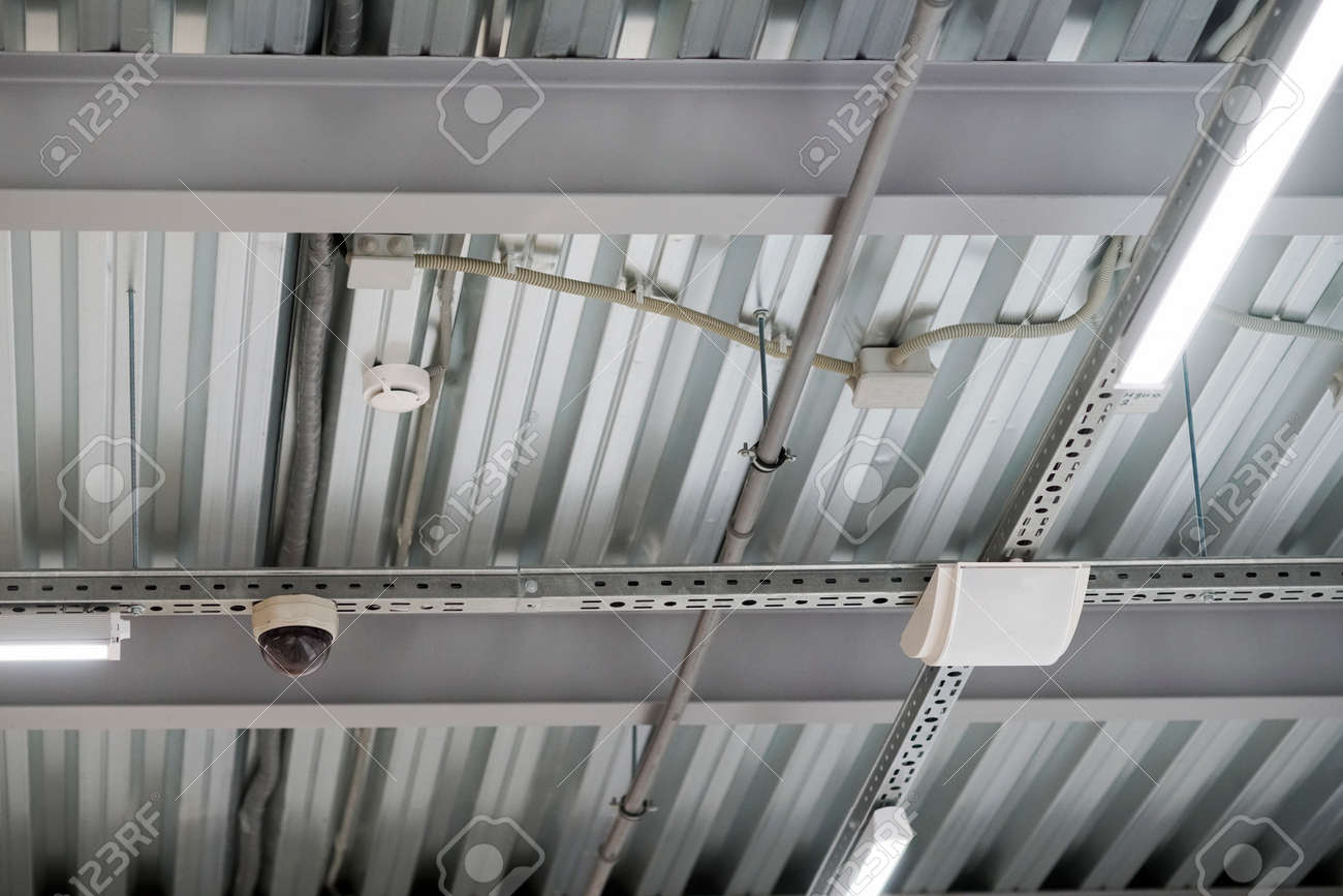 Installation De Luminaires Plafond Suspendu Et équipement D