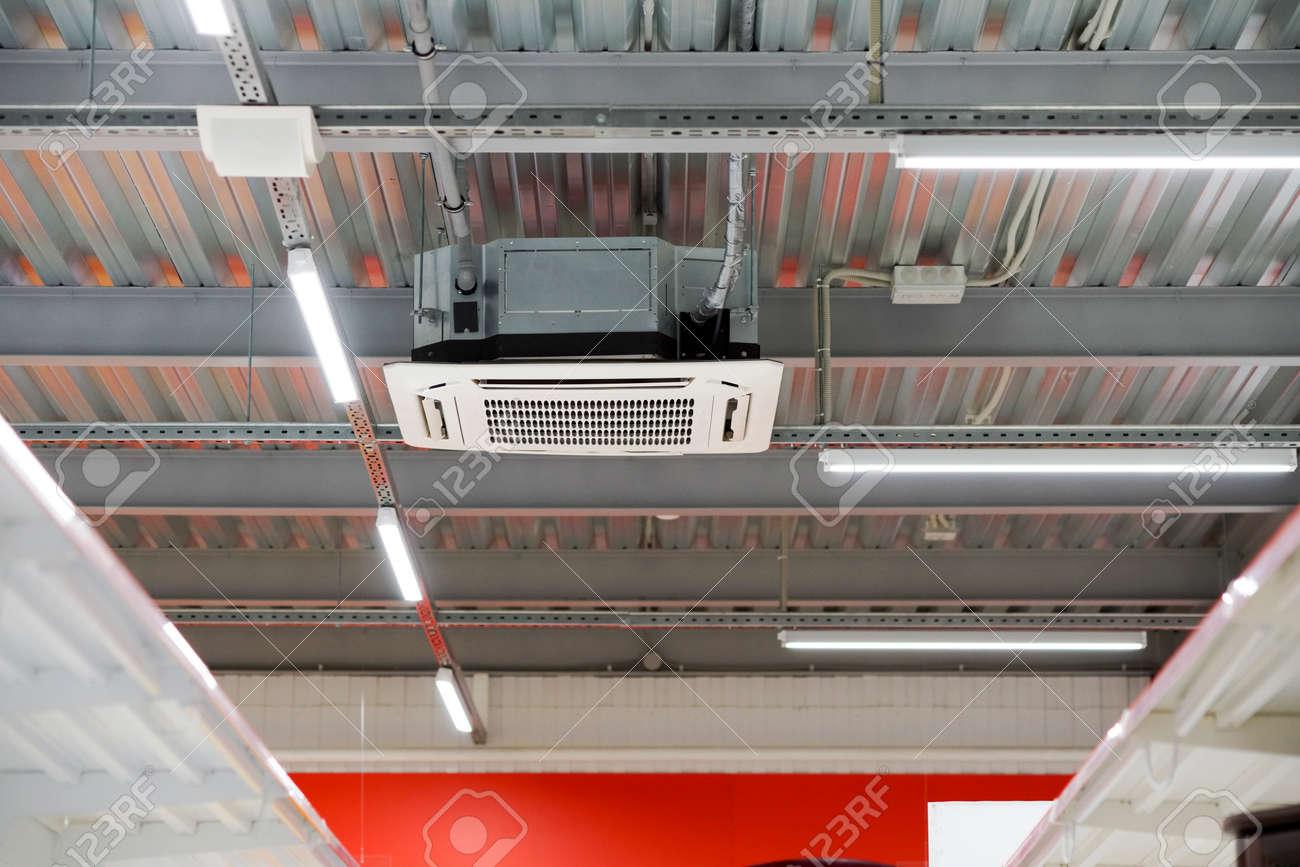 Installation De La Climatisation Et Dun Plafond Suspendu Système De