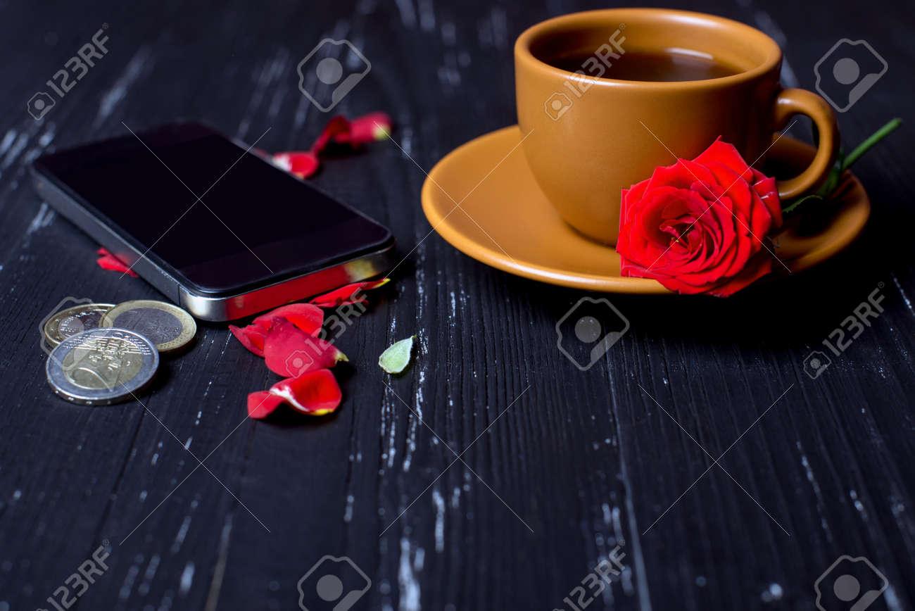 Immagini Stock Tazza Di Caffè Arancio Con Petali Di Rosa Telefono
