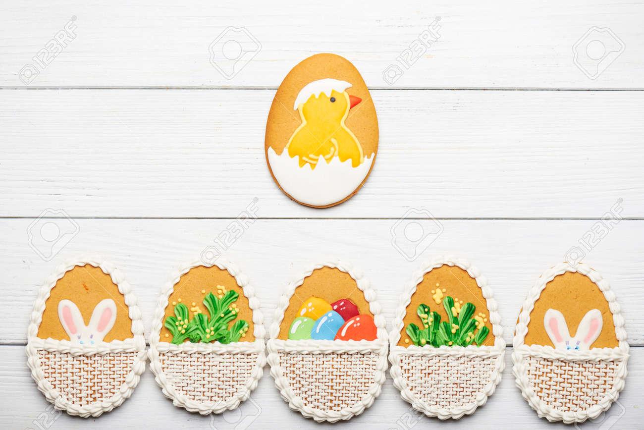 Galletas De Pascua De Colores Con Diferente Patrón En Forma De Huevo ...