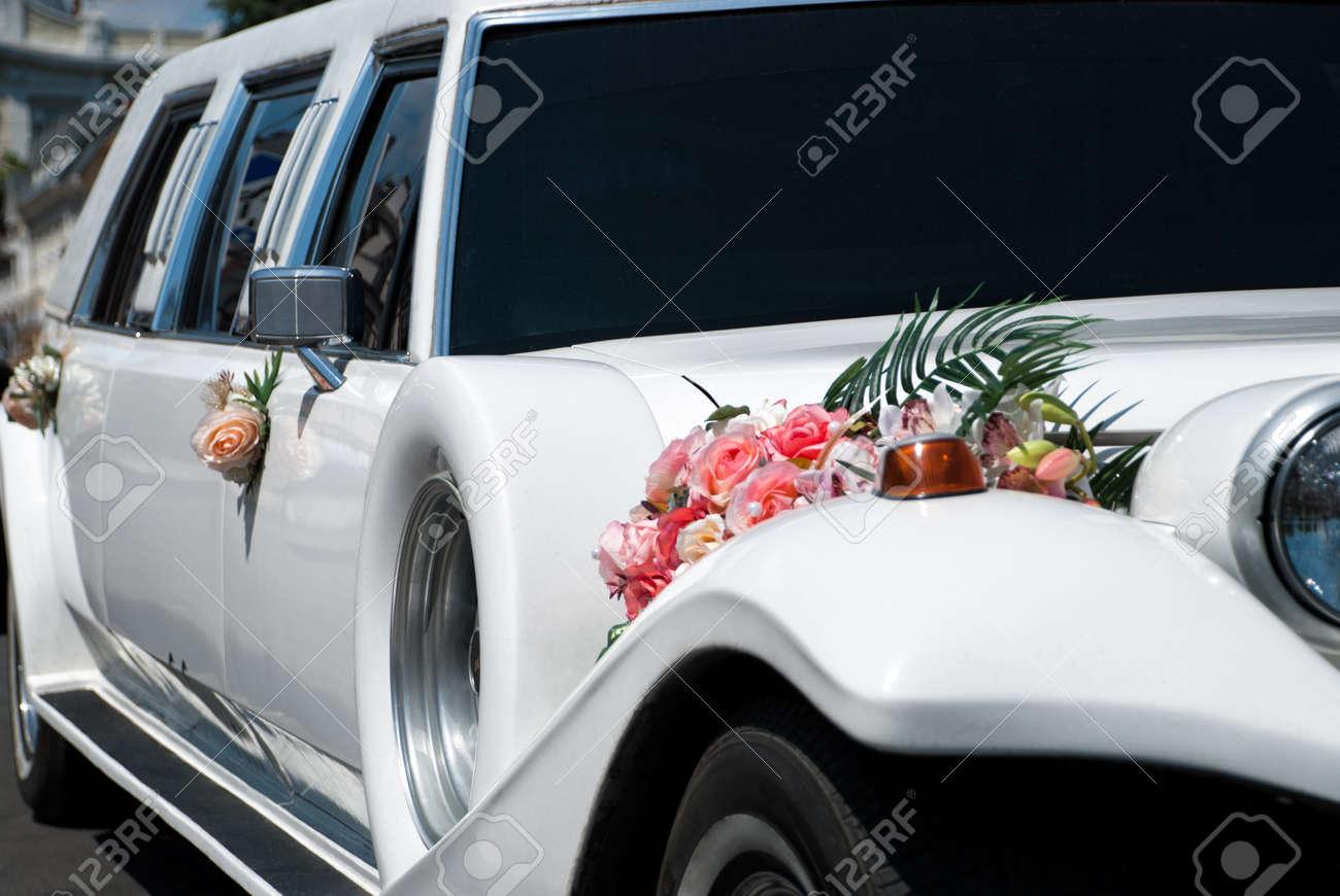 Weisse Hochzeitsauto Mit Blumen Lizenzfreie Fotos Bilder Und Stock