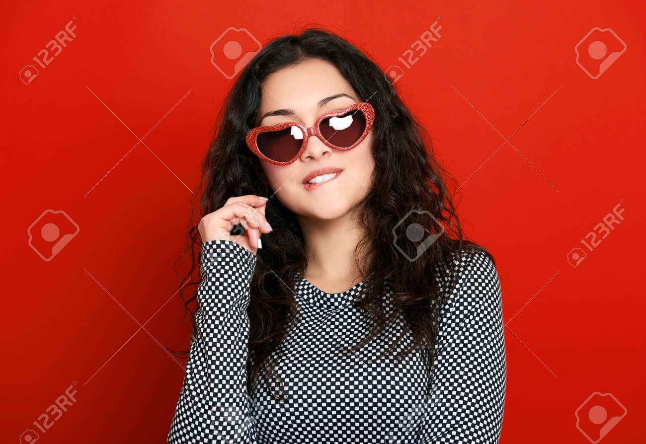 De Rojo Glamour Bello En Retrato Sol Chica Gafas Forma OkiXZPu