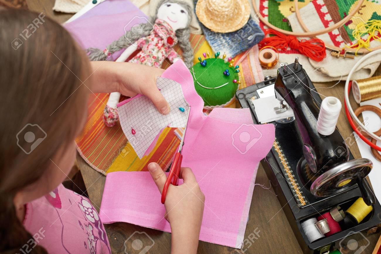 Fille couture vêtements de poupée vue de dessus accessoires de