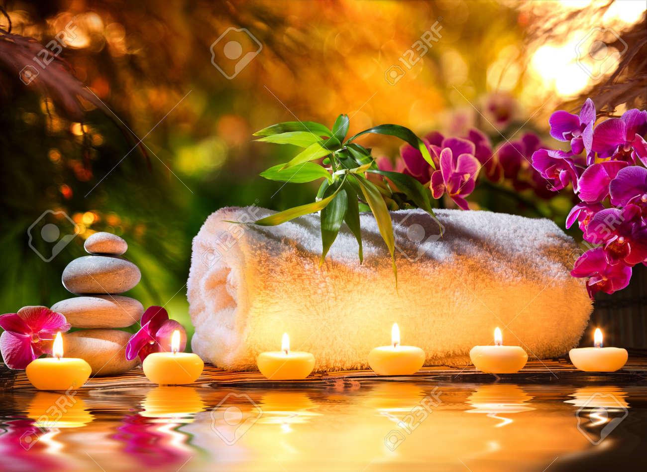 foto de archivo masaje spa en el jardn velas y agua
