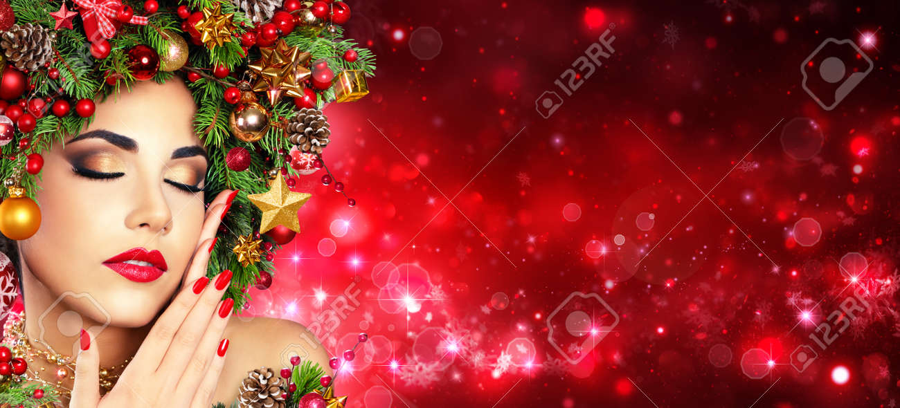 Weihnachten Modell Madchen Mit Weihnachtsbaum Frisur Rot Make Up
