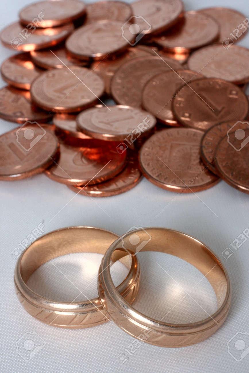 Zwei Goldene Ringe Und Münzen In Den Hintergrund Lizenzfreie Fotos