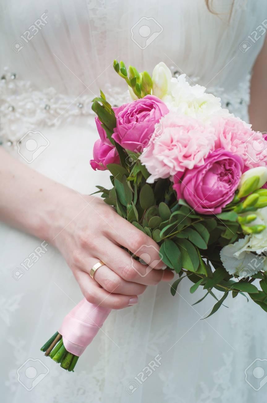 Braut Mit Hochzeitsstrauss Lizenzfreie Fotos Bilder Und Stock