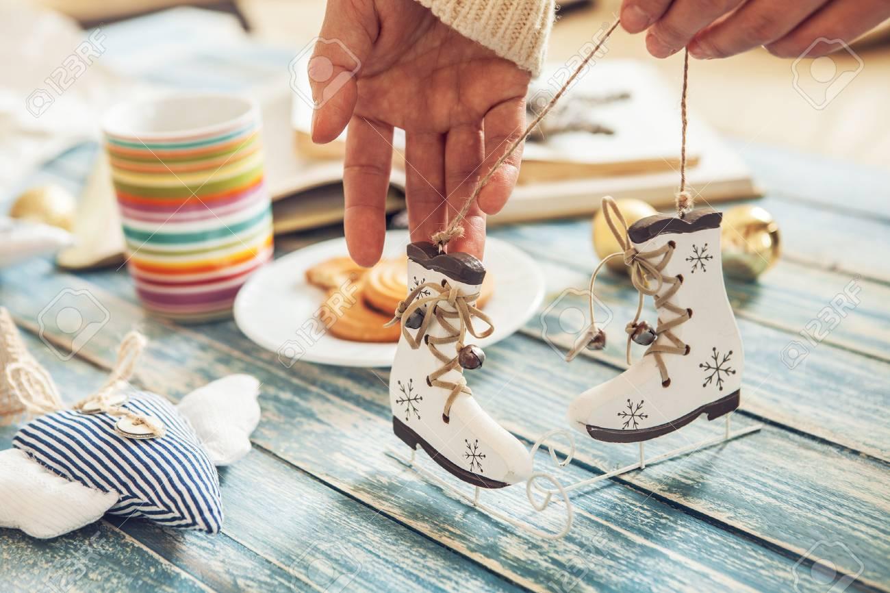 Banque d\u0027images , Mains de femme avec des patins à glace miniature  décoration de sapin de Noël