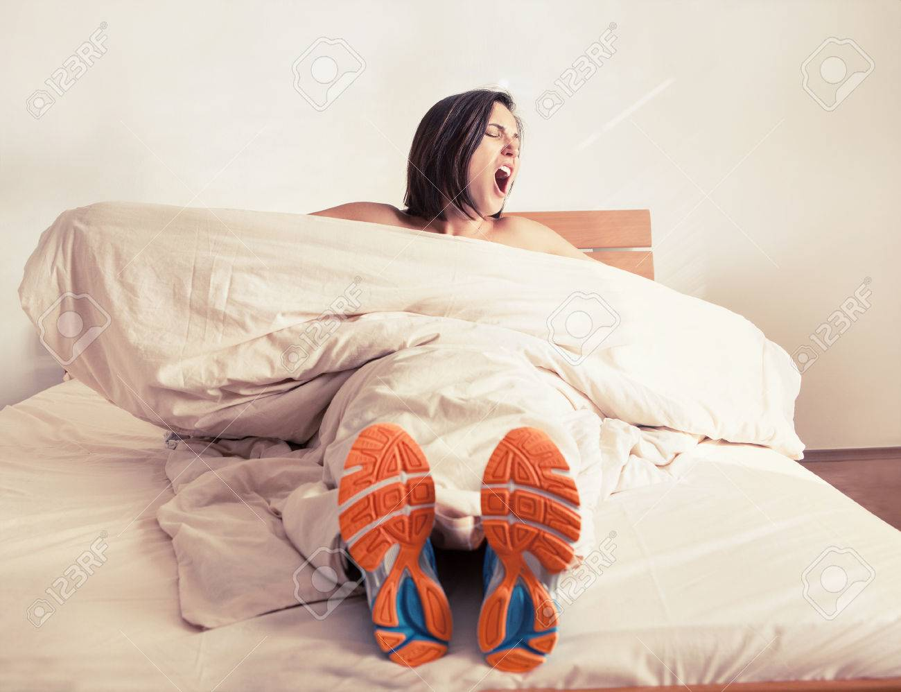 девушки в обуви в постели