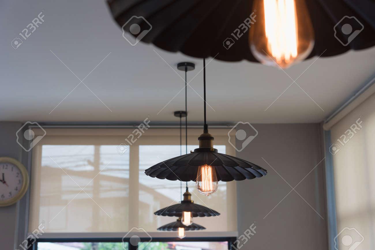 vintage lampe, glühbirne dekorativ im café lizenzfreie fotos, bilder