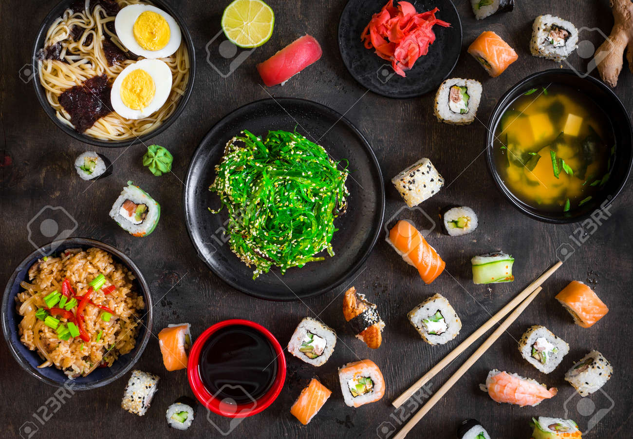 Tisch Serviert Mit Sushi Und Traditionelle Japanische Küche Auf ...