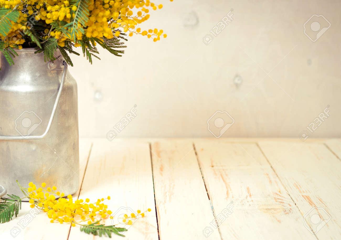 Legno Bianco Vintage : Mimosa fiori in un latte di metallo vintage può sullo sfondo di