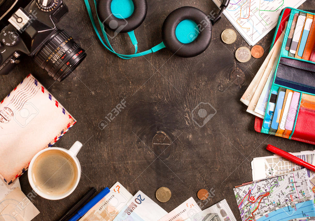 Appareil photo cartes touristiques passeport tasse de café