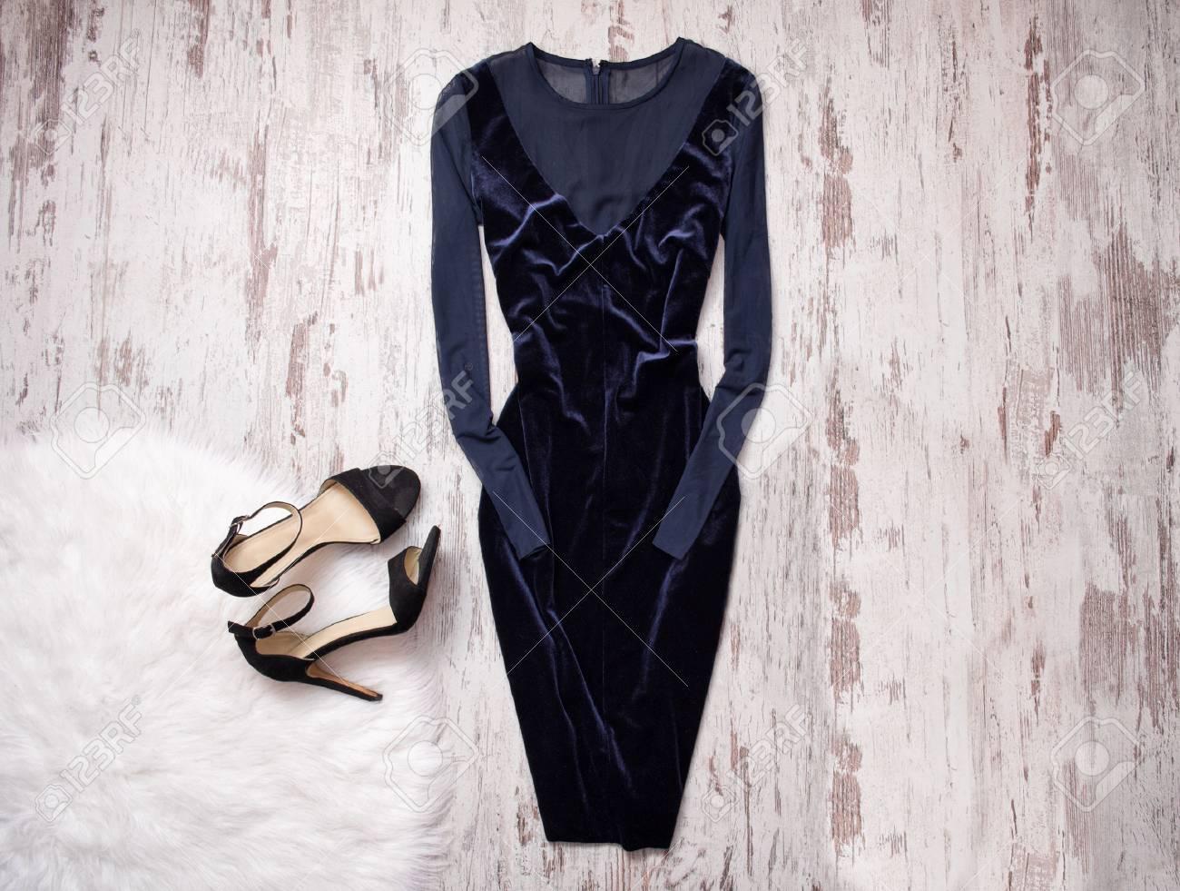 Vestido Azul De Terciopelo De Noche Con Chifón Zapatos Negros Fondo De Madera Espacio Para Texto Concepto De La Moda Vista Superior