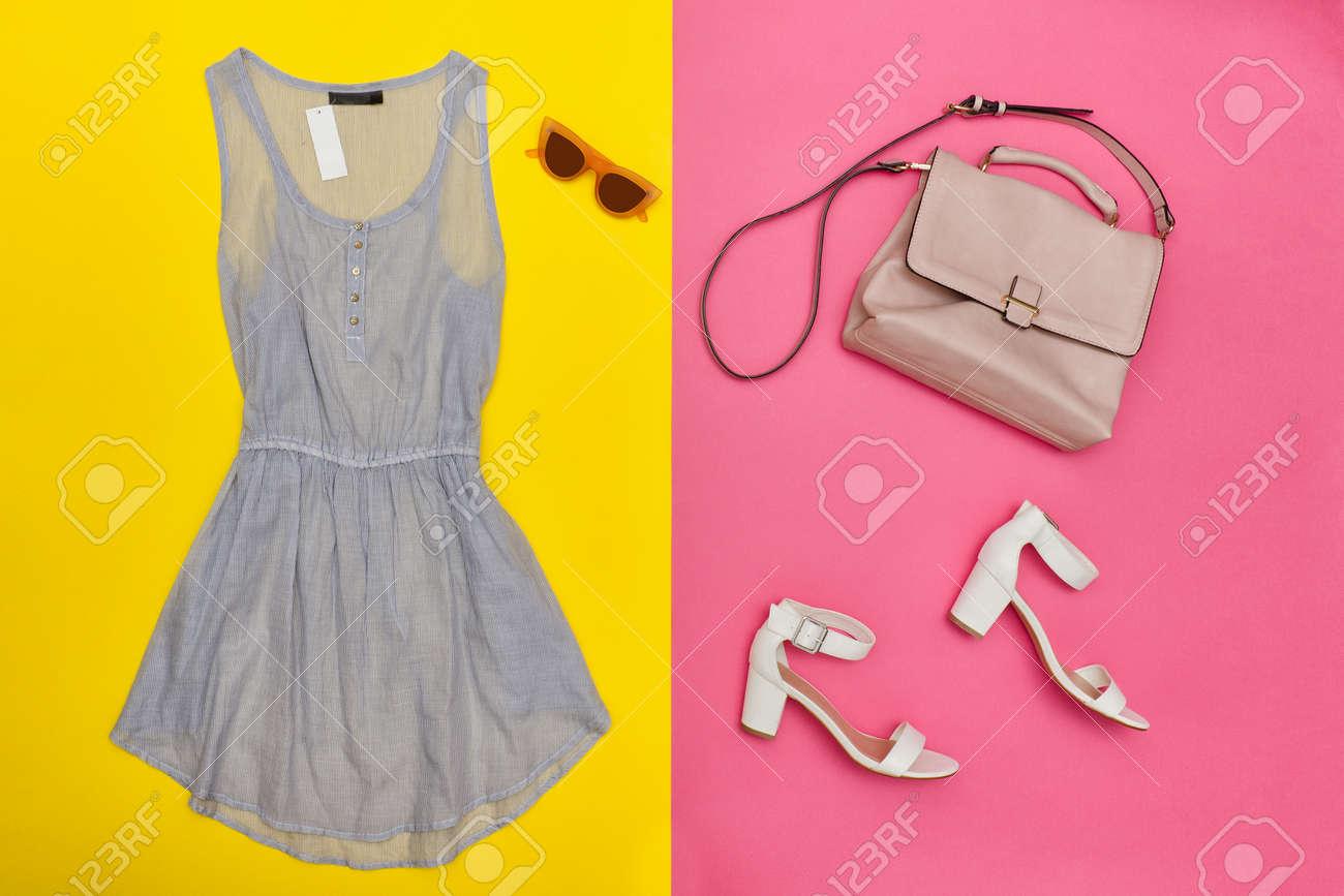 Blaues kleid und pinke schuhe