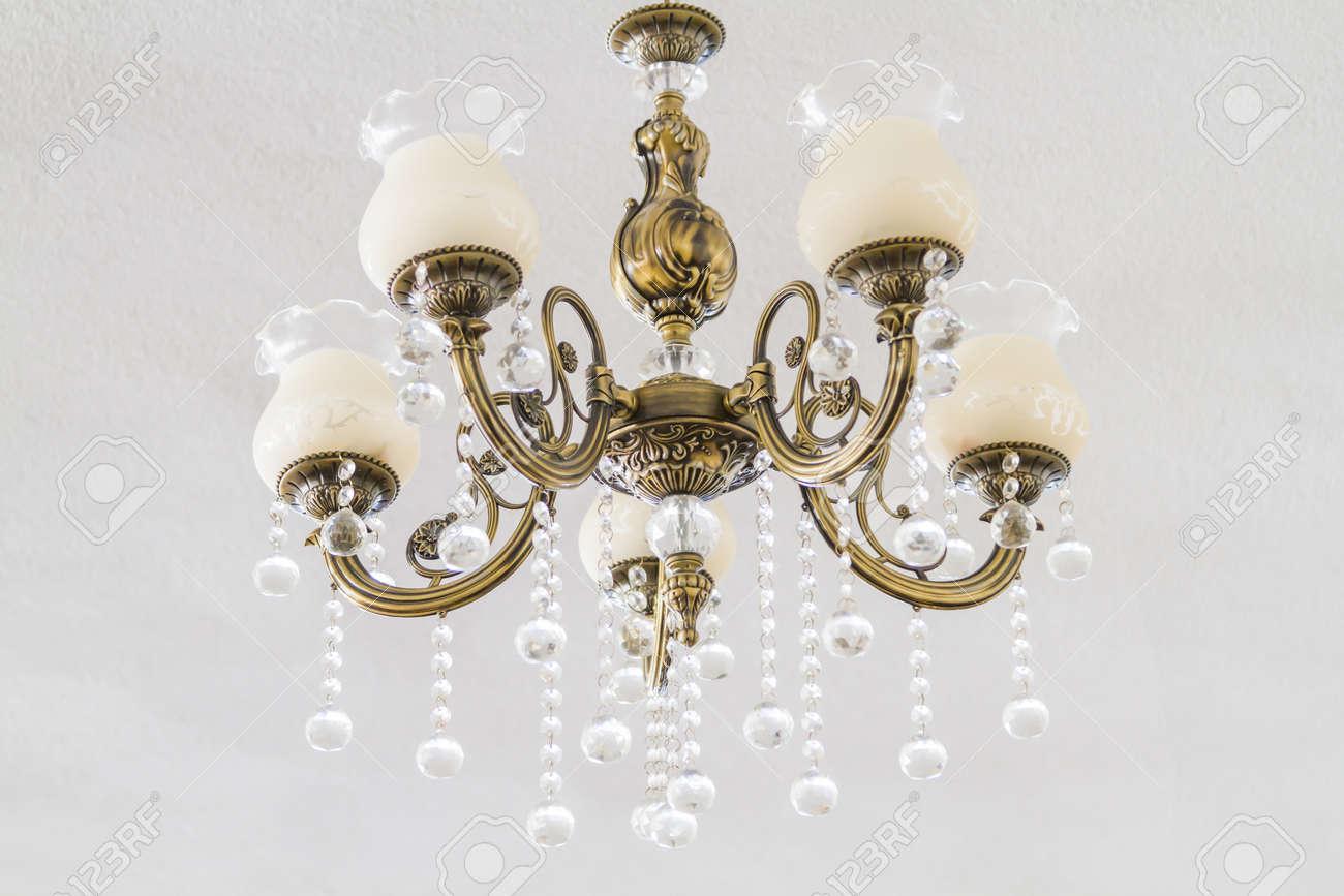Lieblich Schöne Bronze Kronleuchter In Einem Modernen Zimmer Standard Bild   28646613