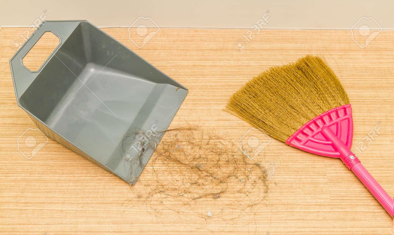 Close Up, Schmutzig Alopezie Haare Auf Laminatfußboden Mit Besen Und  Kehrschaufel. Standard Bild