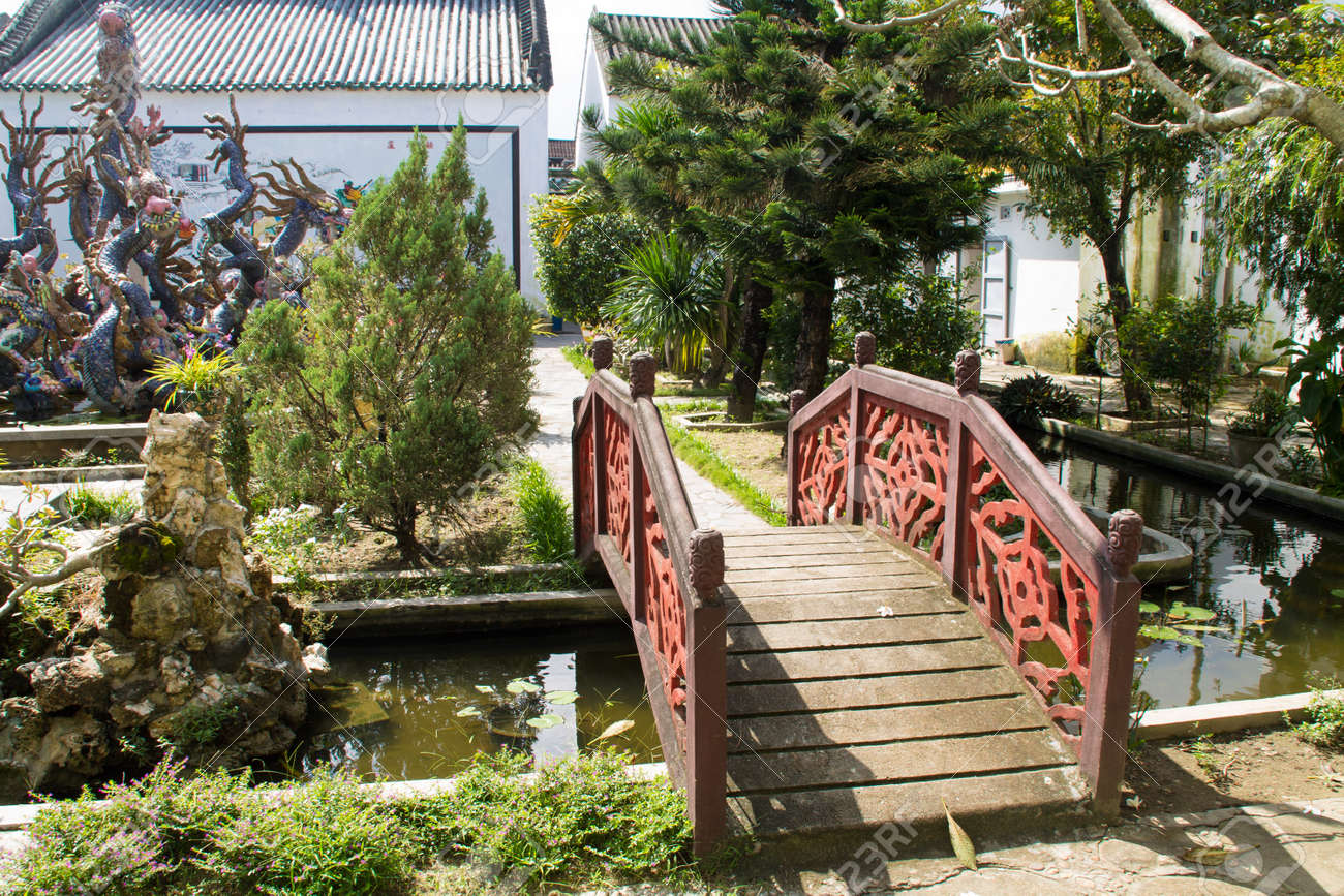 Kleine Brucke Im Garten Von Buddha Tempel In Hoi An Vietnam