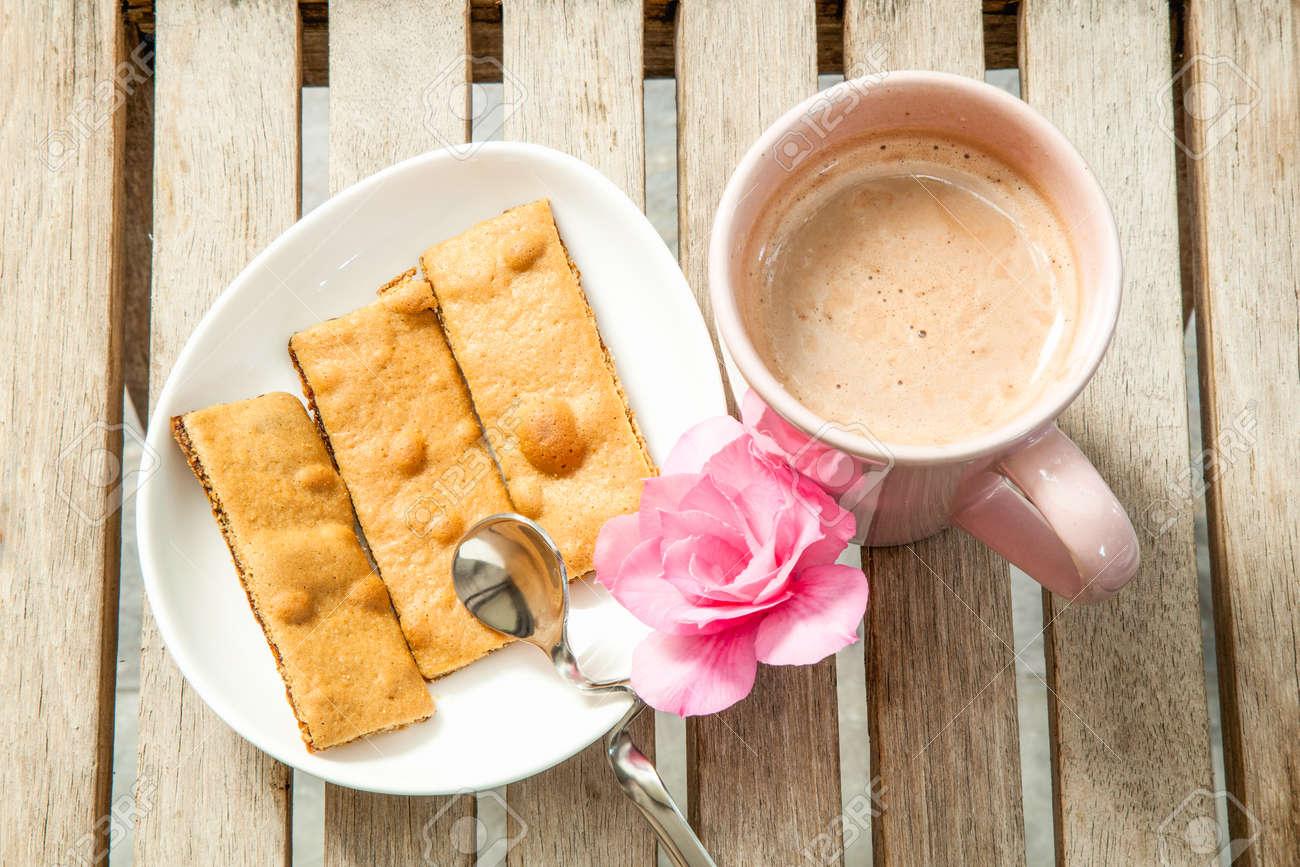 Heiße Getränke Und Kekse Auf Dem Tisch Lizenzfreie Fotos, Bilder Und ...