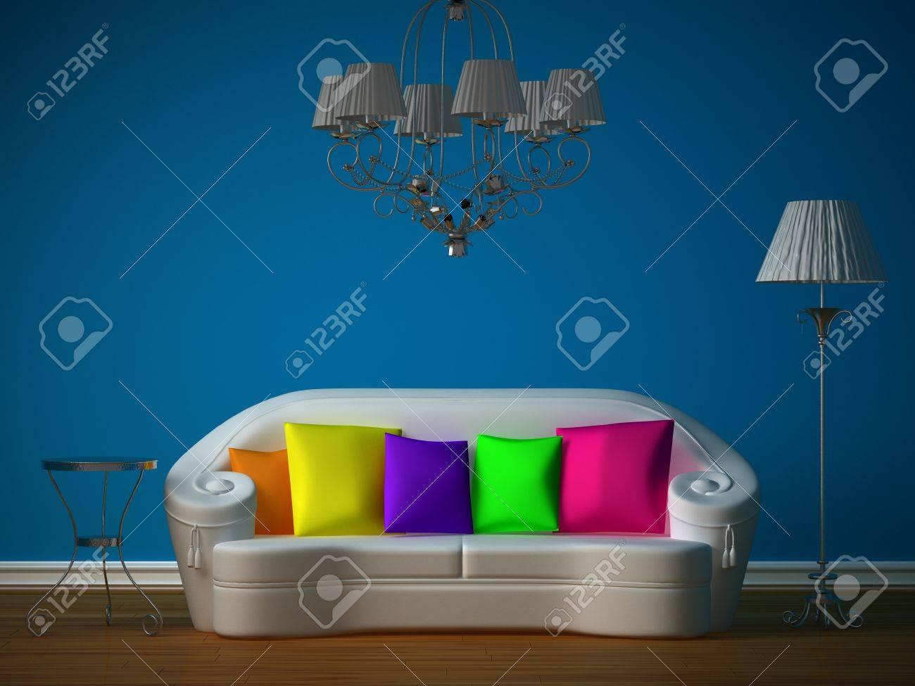 Zimmer Mit Kronleuchter ~ Blaue zimmer mit weißen couch und luxuriöse kronleuchter