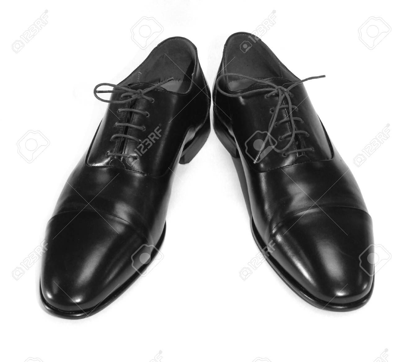 987d771bb6 Foto de archivo - Un par de zapatos negros del hombre aislado en el fondo  blanco