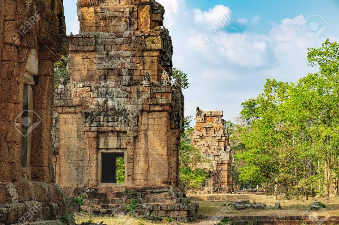 Prasat Suor Prat Está Situado En El Lado Oriental De La Plaza Real En Angkor Thom Justo Enfrente De La Terraza De Los Elefantes Y La Terraza Del Rey