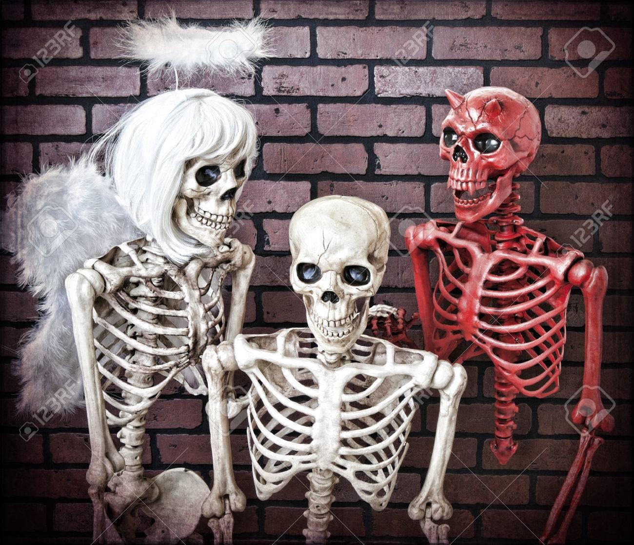 Un Hombre Esqueleto Siendo Engatusado Por Su Lado Bueno Y Malo Buen