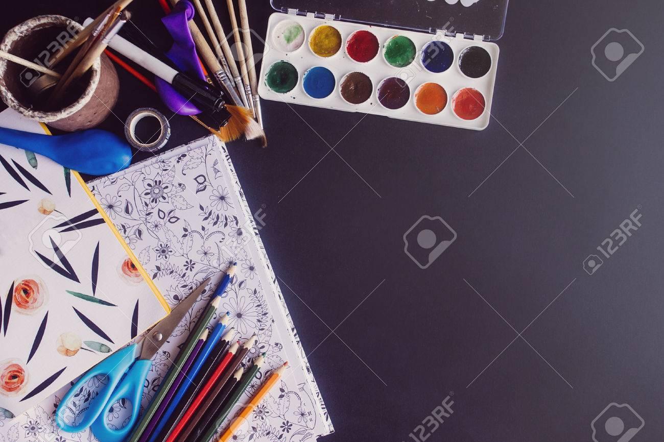 Lápices De Colores Pinturas Pinceles Tijeras Y Libro Para Colorear ...