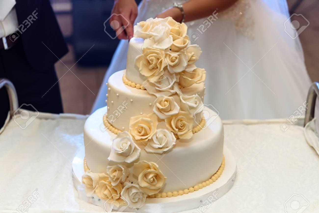 Gâteau De Mariage De Luxe Décoré Avec Des Roses à La Réception De Mariage Traiteur Au Restaurant
