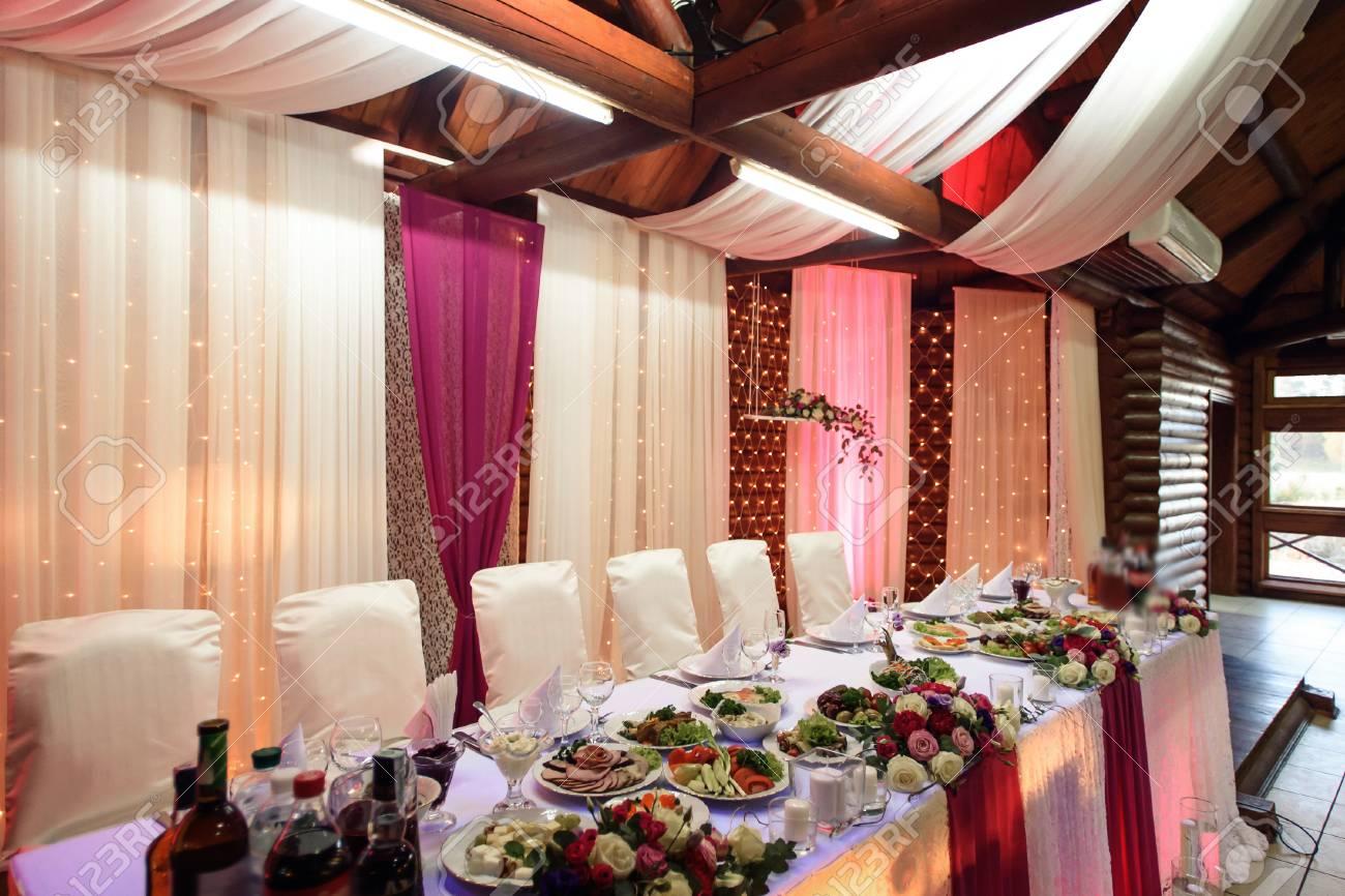 Stilvoll Dekorierte Tische Mit Rosenstrauss Und Essen Fur Die